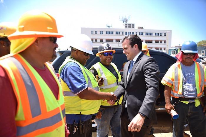 Ricardo Rosselló junto a constructores (Suministrada)