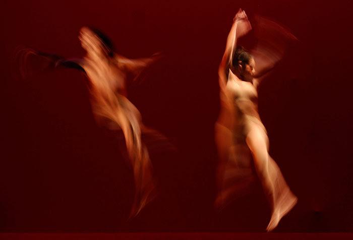 Cuando un cuerpo danza, no solo vence la quietud quien se desplaza; también quien observa. Por eso -y por más- miles celebran el verbo danzar. (Ricardo Alcaraz/Diálogo)