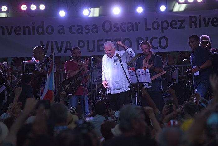 Rafael Cancel Miranda en la fiesta en honor a Oscar López Rivera en la Plaza de la Convalecencia en Río Piedras. (Ricardo Alcaraz/ Diálogo)