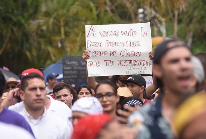 Marcha multisectorial de la UPR de Humkacao, desde los portones hasta la Plaza de Recreo de pueblo/25 abril 2017