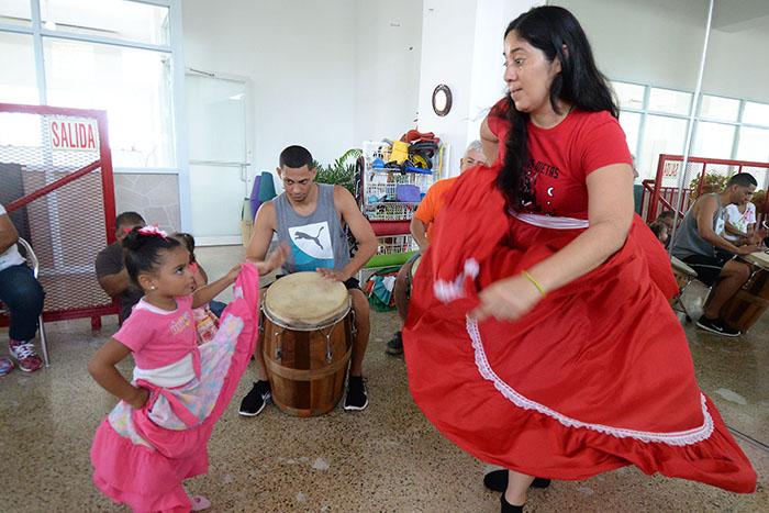 Clases de baile de bomba para niños en el local de Tambuyé, en Río Piedras/11 abril 2015