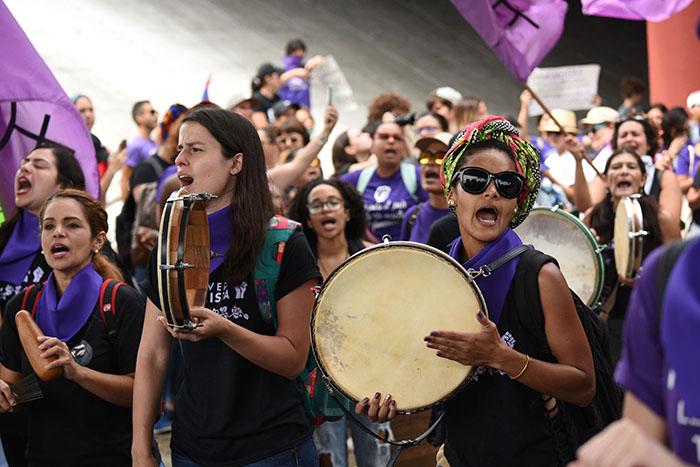 """Como parte de la """"Marea Feminista"""", además de marchar, las mujeres formaron un grupo de plena. (Ricardo Alcaraz / Diálogo)"""